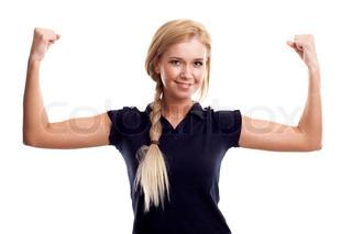unge lykkelig smilende kvinde i sportstøj viser hendes biceps