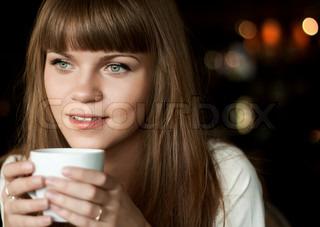 Smuk kvinde med kaffe