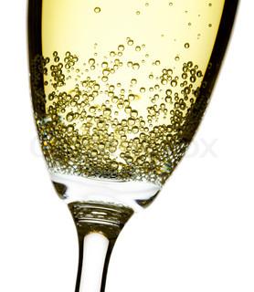 Nahaufnahme Studio gedreht Champagner Flöte, isoliert über weiß, konzentrieren sich auf Blasen
