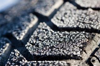 Vinterdæk close-up med is og sne, er det tid til at købe en vinter gummi.