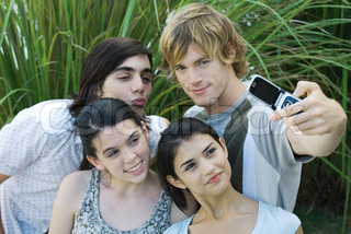 ©Odilon Dimier/AltoPress/Maxppp ; Group of young friends posing while man takes photo with cell phone