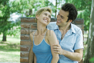 ©Michèle Constantini/AltoPress/Maxppp ; Couple outdoors, smiling at each other