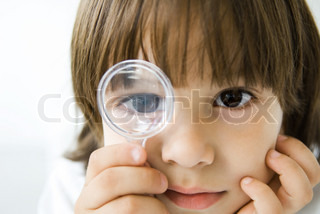 ©Odilon Dimier/AltoPress/Maxppp ; Little boy looking through magnifying glass at camera