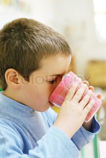 ©Laurence Mouton/AltoPress/Maxppp ; Child drinking from plastic cup, side view