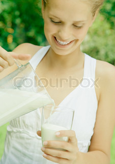 ©Rafal Strzechowski/AltoPress/Maxppp ; Woman pouring glass of milk