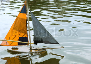 ©Michèle Constantini/AltoPress/Maxppp ; Toy boat in water