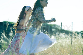 ©Laurence Mouton/AltoPress/Maxppp ; Young hippie women running in field