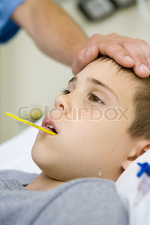 ©Laurence Mouton/AltoPress/Maxppp ; Boy with thermometer in mouth and man's hand on forehead
