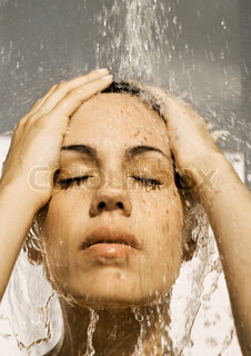 ©Frédéric Cirou/AltoPress/Maxppp ; Woman's face under shower, eyes closed and hands on head