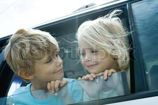 ©Sigrid Olsson/AltoPress/Maxppp ; Children sticking heads out of car window