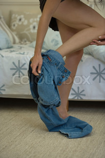 ©Odilon Dimier/AltoPress/Maxppp ; Woman taking off jeans, cropped, low angle view