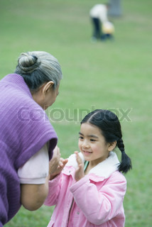 ©James Hardy/AltoPress/Maxppp ; Girl with grandmother, playing clapping game
