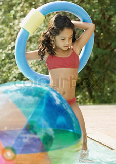 ©Odilon Dimier/AltoPress/Maxppp ; Girl in swimming pool, holding ring over head