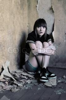 Bange ung pige i en beskidt sted, korrupte makeup.