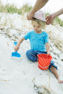 ©Sigrid Olsson/AltoPress/Maxppp ; Child playing in sand