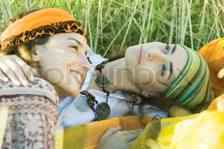 ©Laurence Mouton/AltoPress/Maxppp ; Young hippie women lying in grass together, embracing