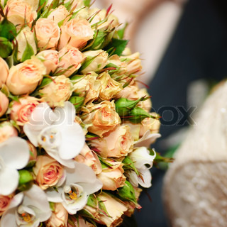 Wedding bouquet from peach-coloured roses and buds