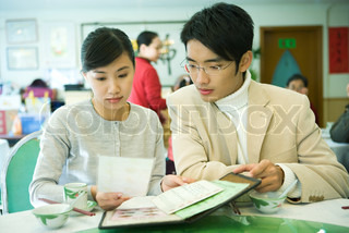 ©James Hardy/AltoPress/Maxppp ; Couple looking at menu in restaurant