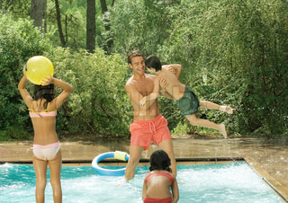 ©Odilon Dimier/AltoPress/Maxppp ; Father and children playing in swimming pool