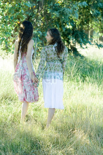 ©Laurence Mouton/AltoPress/Maxppp ; Young hippie women walking through field, holding hands