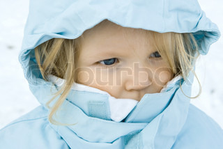 ©Laurence Mouton/AltoPress/Maxppp ; Toddler girl wearing winter coat, close-up, portrait