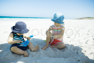©Sigrid Olsson/AltoPress/Maxppp ; Children playing in sand