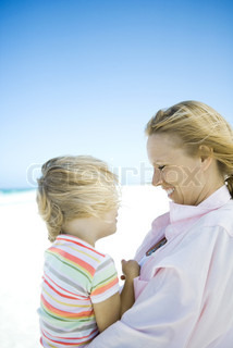 ©Sigrid Olsson/AltoPress/Maxppp ; Little girl with mother on beach