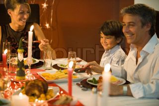 ©Sigrid Olsson/AltoPress/Maxppp ; Family eating Christmas dinner, smiling