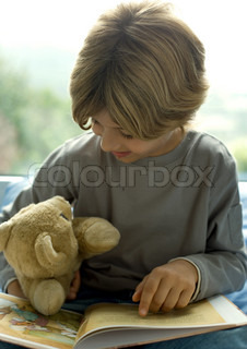 ©Laurence Mouton/AltoPress/Maxppp ; Child reading book to teddy bear