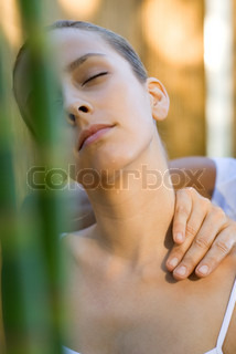 ©Frédéric Cirou/AltoPress/Maxppp ; Woman having neck massage
