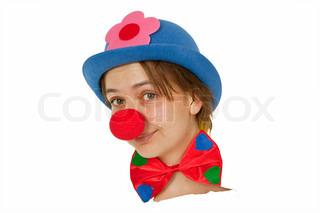 Clown mit roter Nase schaut aus weißem Papier