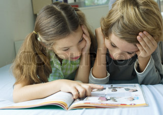 ©Laurence Mouton/AltoPress/Maxppp ; Two children looking at book together