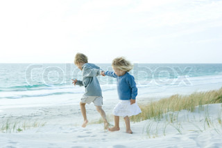 ©Sigrid Olsson/AltoPress/Maxppp ; Sister and brother holding hands on beach
