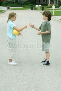 ©Odilon Dimier/AltoPress/Maxppp ; Boy and girl playing rock paper scissors in residential street