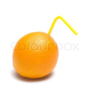Orange med gule sugerør det er isoleret på en hvid baggrund.
