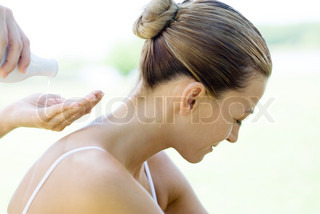 ©Frédéric Cirou/AltoPress/Maxppp ; Woman having back massage, massage therapist pouring oil into palm of hand