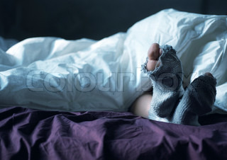 ©Katarina Sundelin/AltoPress/Maxppp ; Person's feet in bed, toe sticking out of hole in sock