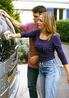 ©John Dowland/AltoPress/Maxppp ; Man and woman washing car