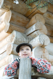 ©Laurence Mouton/AltoPress/Maxppp ; Boy standing on deck of wood cabin, leaning on rail