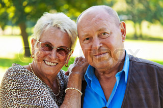Junges Paar in Liebe Seniorinnen und Senioren .