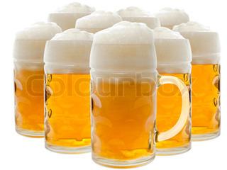 Masser af øl glas med skummende øl