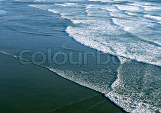 ©James Hardy/AltoPress/Maxppp ; California, surf washing up on shore, close-up