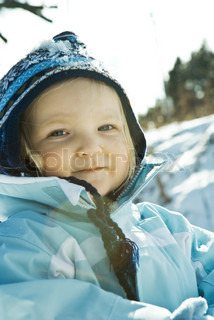 ©Laurence Mouton/AltoPress/Maxppp ; Toddler girl wearing winter clothes in snowy landscape, portrait