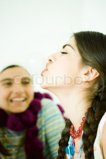 ©Laurence Mouton/AltoPress/Maxppp ; Two young female friends, one blowing bubble with chewing gum