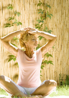 ©Rafal Strzechowski/AltoPress/Maxppp ; Senior woman doing exercise outdoors