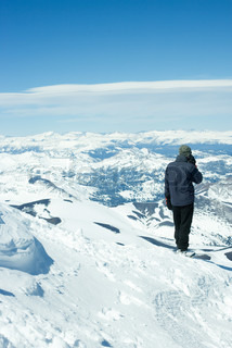 ©Laurence Mouton/AltoPress/Maxppp ; Person overlooking snow covered mountains, using cell phone