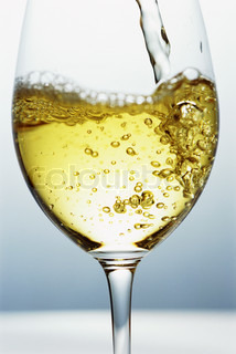 ©Isabelle Rozenbaum/AltoPress/Maxppp ; White wine being poured into wine glass, close-up