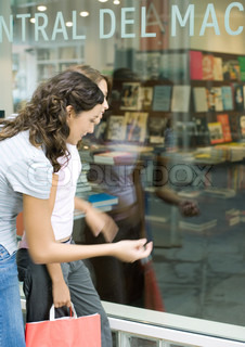 ©Laurence Mouton/AltoPress/Maxppp ; Two teen girls looking into shop window of book store