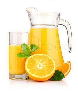 Kande , glas appelsinjuice og orange frugter med grønne blade isoleret på hvidt