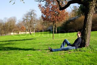 mand hviler i et træ